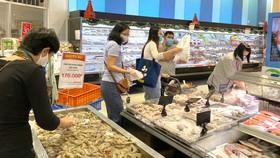 Mua sắm tại Trung tâm thương mại Aeon Bình Tân Ảnh: CAO THĂNG