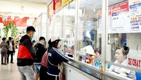 Hành khách mua vé xe đi lại tết tại Bến xe Miền Đông chiều 19-1