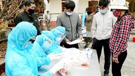 Lấy mẫu xét nghiệm  virus SARS-CoV-2 cho người dân xã Hưng Đạo,  TP Chí Linh chiều 28-1.