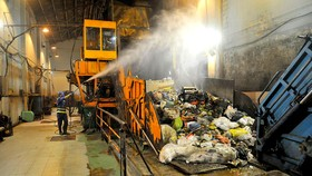 Xử lý rác ban đêm tại trạm trung chuyển chất thải sinh hoạt  Quang Trung, quận Gò Vấp Ảnh: CAO THĂNG