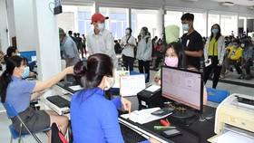 Hành khách đến ga Sài Gòn sáng 2-2  để trả vé tàu đi lại dịp Tết Tân Sửu do ảnh hưởng dịch Covid-19  Ảnh: Đình Lý