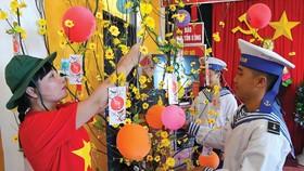Cán bộ  chiến sĩ đảo Sinh Tồn Đông chuẩn bị  đón Tết. Ảnh: Việt Dũng