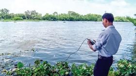 Kiểm tra nồng độ mặn trên sông Cái Lớn nơi giáp ranh giữa Kiên Giang và Hậu Giang.