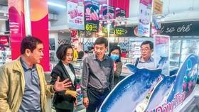 Ông Phạm Thiện Nghĩa, Chủ tịch UBND tỉnh Đồng Tháp (thứ 3 trái sang) nghe giới thiệu sản phẩm nông thủy sản thế mạnh của tỉnh tại thị trường Hà Nội.  Ảnh: Văn Khương
