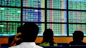 VN Index tăng gần 41 điểm, vàng SJC giảm gần 500.000 đồng/lượng