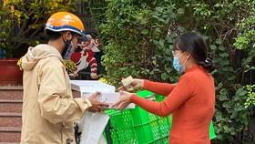 Giao hàng mua qua mạng Internet tại quận 3, TPHCM Ảnh: CAO THĂNG