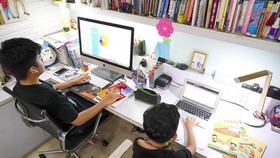 Hai em học sinh học trực tuyến tại nhà. Ảnh: THANH TÙNG