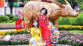 Dù dịch Covid nhưng người dân TPHCM vẫn đến tham quan đường hoa Nguyễn Huệ và thực hiện theo đúng quy định chống dịch.
