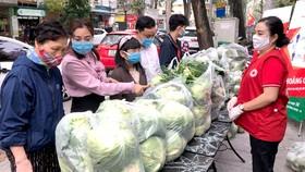 Người dân Hà Nội hưởng ứng  mua nông sản của Hải Dương Ảnh: QUỐC KHÁNH