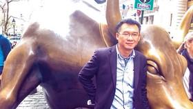 Tác giả bên con tượng con bò trước Sở Giao dịch TTCK New York trong chuyến công tác tại Mỹ năm 2014.