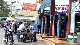 Khách đổ xăng tại cửa hàng xăng dầu ngã 3 đường Kinh Dương Vương - Tên Lửa, quận Bình Tân Ảnh: CAO THĂNG