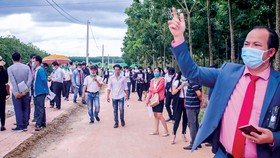 Chỉ mới đề xuất mở rộng sân bay quân sự thành sân bay lưỡng dụng tại tỉnh Bình Phước (vừa phát triển kinh tế vừa thực hiện nhiệm vụ quốc phòng), giới cò đất đã thổi giá kéo nhiều nhà đầu tư về mua đất.