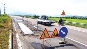 Tuyến quốc lộ 19 mới vừa đưa vào thông xe đã cắt vá Ảnh: NGỌC OAI