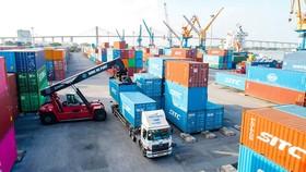 Bốc dỡ hàng hóa tại cảng Đình Vũ (Hải Phòng)