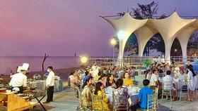 Du khách ăn tối trên bãi biển ở Phú Quốc. Ảnh: CHẾ HÂN