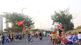 Nhiều bạn trẻ tập trung ở khu vực gần cầu Thủ Thiêm (TP Thủ Đức) thả diều, tiềm ẩn nguy cơ gây tai nạn cho người đi đường