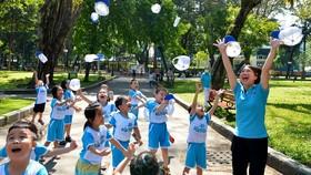 Trẻ em thành phố thích thú với những mảng xanh quý giá ở Công viên Tao Đàn, quận 1. Ảnh: VIỆT DŨNG