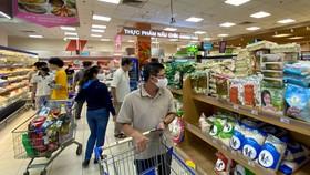Người tiêu dùng mua sắm tại Co.opmart Lý Thường Kiệt Ảnh: CAO THĂNG