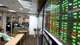 Quy định về giá tham chiếu với cổ phiếu chuyển từ HOSE sang HNX