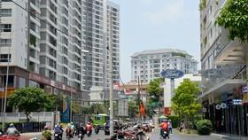 Cao ốc giăng đầy 2 bên đường  Phổ Quang, khiến tình trạng kẹt xe diễn ra thường xuyên Ảnh: ĐỨC TRUNG
