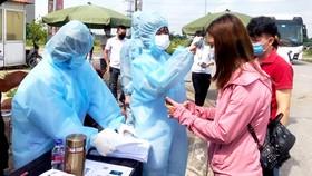 Lực lượng chức năng Bắc Ninh kiểm tra sức khỏe công nhân trước khi vào khu công nghiệp