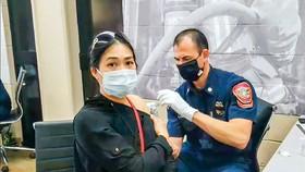 Một người Mỹ gốc Việt được nhân viên y tế quân đội tiêm vaccine ngừa Covid-19 tại tiểu bang California vào tháng giêng vừa qua.