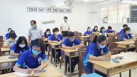 Học sinh lớp 12, Trường THPT Nguyễn Du (quận 10) ôn thi tại lớp