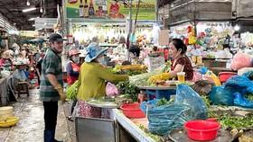Tình trạng lơ là các biện pháp phòng ngừa lây nhiễm của tiểu thương và người mua hàng diễn ra khá phổ biến tại các chợ truyền thống của TPHCM