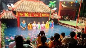 Các diễn viên múa rối nước chào khán giả (ảnh chụp trước thời điểm dịch Covid-19 bùng phát)