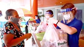 Niềm vui của người dân quận 4 khi nhận gạo được lan truyền trên các trang MXH của quận Ảnh: Hồng Hải