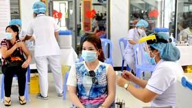 Nhân viên y tế tiêm vaccine Covid-19 cho các đối tượng ưu tiên theo Nghị quyết 21 trên địa bàn TPHCM Ảnh: CAO THĂNG