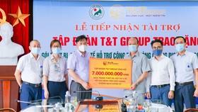 Ông Nguyễn Tất Thắng, Phó Tổng Giám đốc Tập đoàn T&T Group trao ủng hộ 7 tỷ đồng mua trang thiết bị và vật tư y tế cho TS.BS Nguyễn Văn Thường, Giám đốc Bệnh viện đa khoa Đức Giang.
