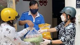 Phát cơm cho những hộ dân cách ly tại nhà ở P.Cô Giang, Q1, TPHCM