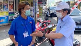 Bí thư Thành ủy TPHCM Nguyễn Văn Nên thăm hỏi lực lượng làm nhiệm vụ tại quận Bình Tân Ảnh: KHẮC MINH