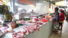 Hàng hóa tươi sống bày bán tại chợ Ngã Ba Bầu, Hóc Môn