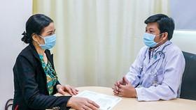 ThS.BS Lê Phi Long tư vấn điều trị cho người bệnh.