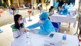 Học sinh tại Củ Chi vui mừng vì được tiêm vaccine