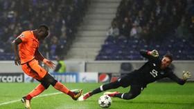 Sadio Mane ghi bàn thứ 3 vào lưới thủ thành Jose Sa. Ảnh: Getty Images.
