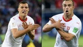 Hai cầu thủ Thụy Sĩ ăn mừng bàn thắng theo cách đầy tranh cãi.