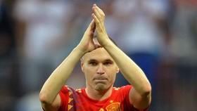 Iniesta lặng lẽ rời sân để gậm nhắm nỗi đau thất bại