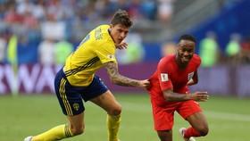 Raheem Sterling (phải, Anh) thoát qua hậu vệ cao to của Thụy Điển.