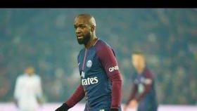 Lão tướng Lassana Diarra vất vả khi phải chơi vai trung vệ.