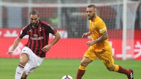 Gonzalo Higuain (AC Milan) và Daniele De Rossi (Roma)
