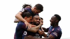 Lacazzette và các đồng đội Arsenal ăn mừng thắng lợi