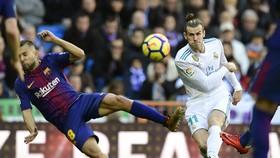 Gareth Bale (trái, Real Madrid) tung cú sút ở Camp Nou