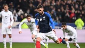 Olivier Giroud  (Pháp) ghi bàn trên chấm 11m