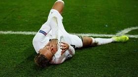 Neymaer đã lăn đúng ra sân, ôm lấy mặt...
