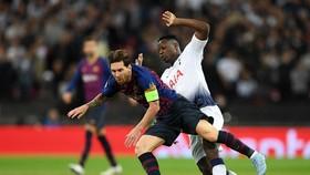 Hậu vệ Tottenham phạm lỗi với Lionel Messi (Barca)