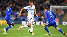 Richarlison (giữa, Everton) đi bóng qqua hậu vệ Leicester City
