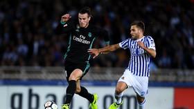 Gareth Bale bứt phá qua các hậu vệ Sociedad.